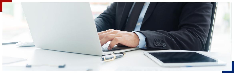 Mężczyzna używający laptopa